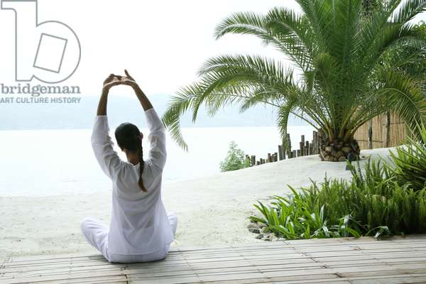 Woman doing yoga by the lake at the Brilliant Resort and Spa (photo)