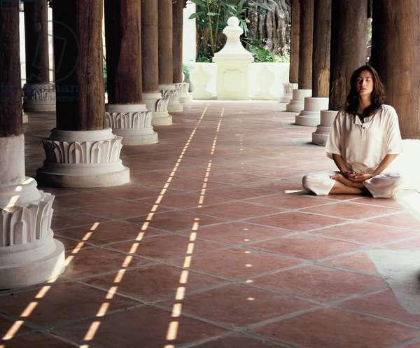 Woman meditating (photo)