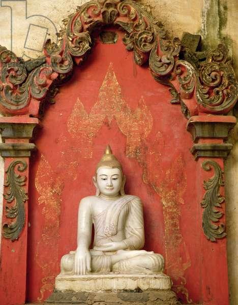 Seated Buddha in meditation (alabaster)