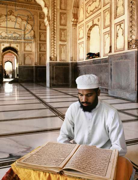Man reading the Koran (photo)