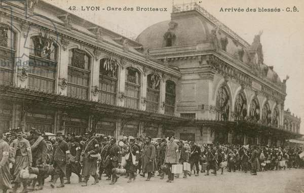 Lyon, Gare des Brotteaux, arrival of the wounded (b/w photo)