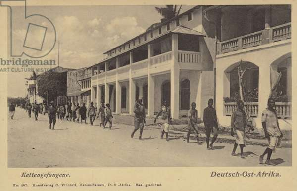 Postcard depicting soliders and prisoners in Kettengefangene (b/w photo)