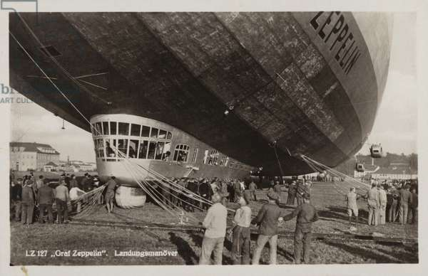 Landing manoeuvres of the German airship Graf Zeppelin (b/w photo)