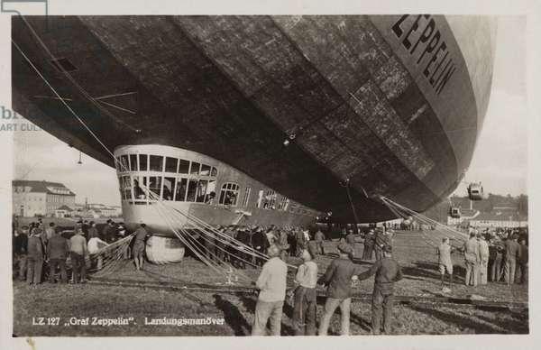 Landing manoeuvres of the German airship Graf Zeppelin (b/w photo)