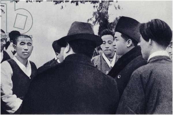 Comrade Kim Il-sung talks with peasants (litho)