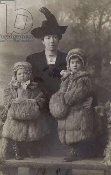 Vintage portrait of family (b/w photo)