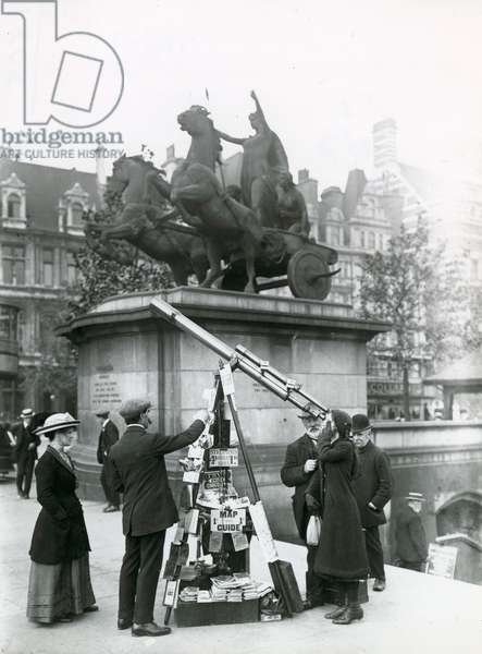 A telescope for looking at Big Ben on the Embankment by the Boadicea statue (photo)