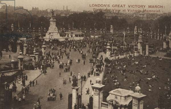 London's Great Victory March, birds-eye view at Victoria Memorial (b/w photo)