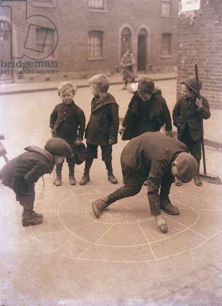 Children playing in the streets of London (photo)