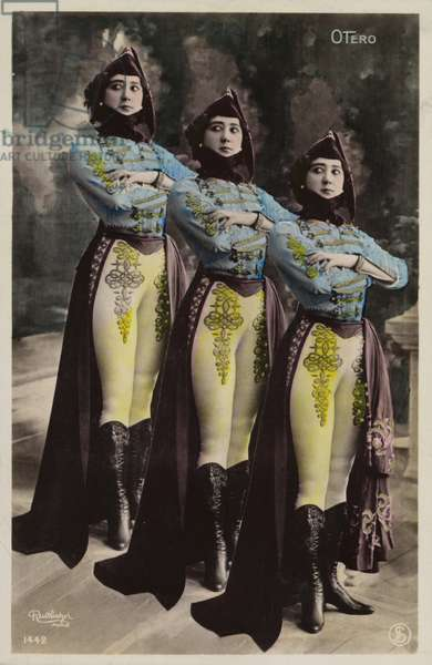 Three identical women (photo)