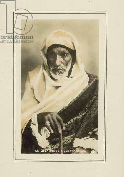 Le Chef Bedouin Des Pyramides (colour photo)