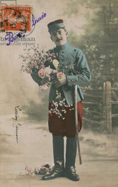 Soldier carrying a bunch of flowers, New Year's postcard, 1913 (photo)