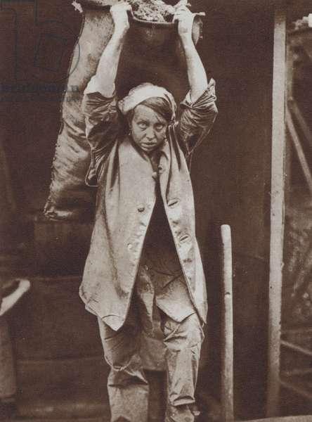 British woman worker heaving coal, World War I, 1918 (b/w photo)