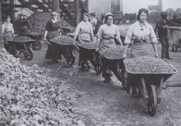 British women working as navvies, World War I, 1916 (b/w photo)