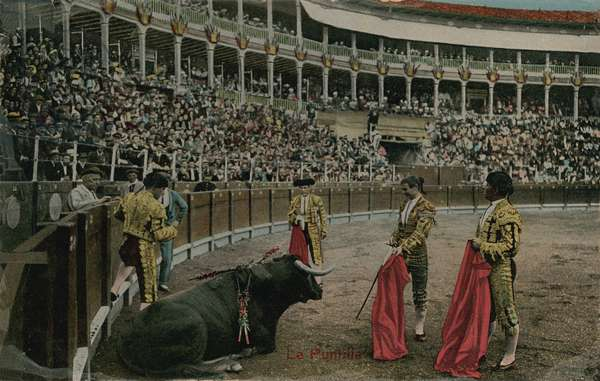 The puntilla - Spanish bullfight. Postcard sent in 1913.
