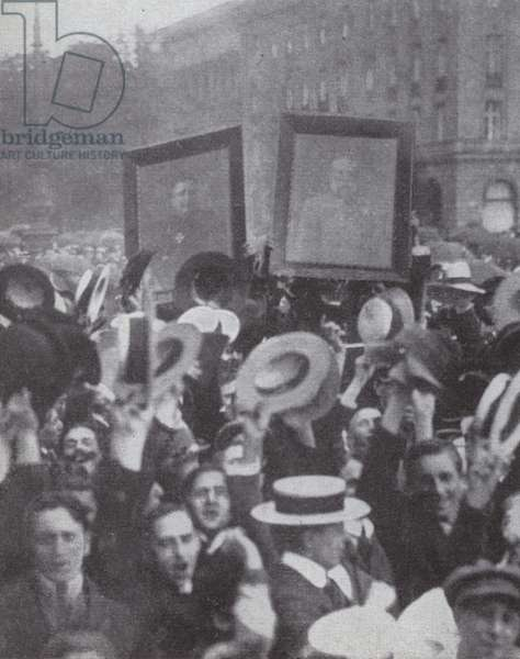 Crowds in Berlin at the outbreak of the First World War, 1914 (b/w photo)