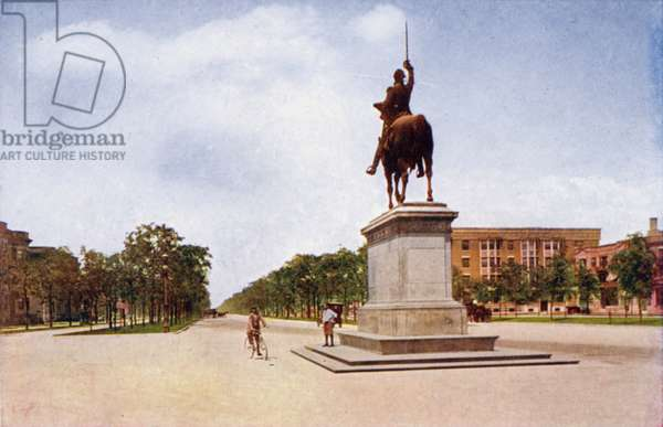 Grand Boulevard and Washington Monument from Washington Park (colour photo)