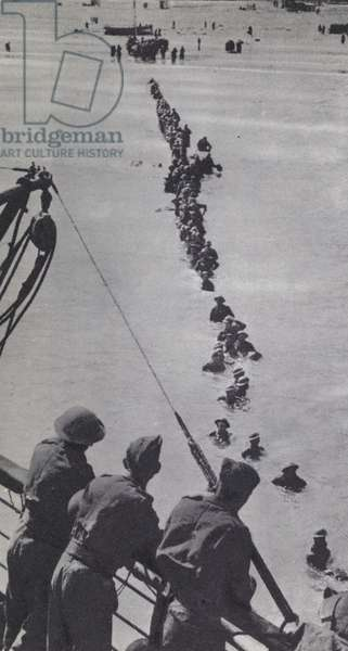 British soldiers wading out to a waiting ship during the evacuation of Dunkirk, World War 2, 1940 (b/w photo)