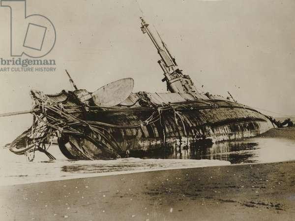 Wrecked US h3 submarine, 1917 (b/w photo)