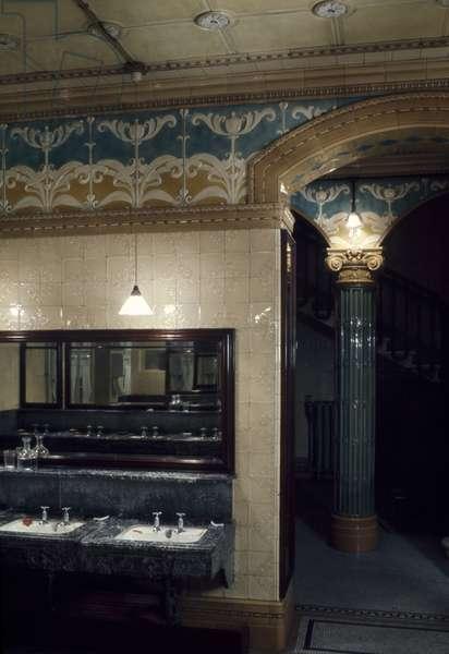 Gentlemen's Cloakroom, The City Club, Old Broadway Street, London (photo)