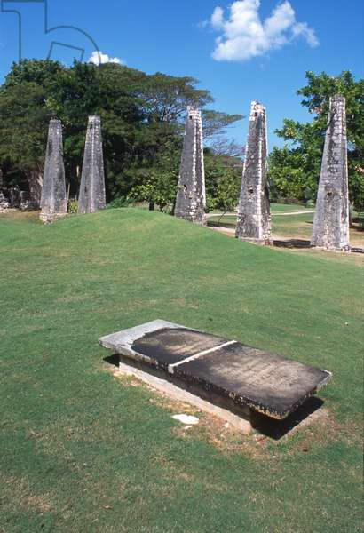Planter's grave and ruined aqueduct in the midst of the golf course (photo)