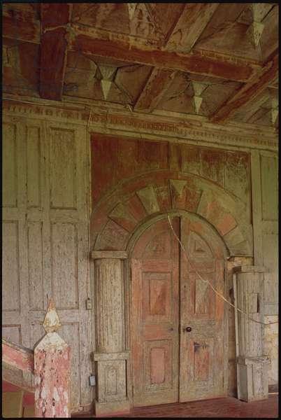 19th century woodwork on a loggia door (photo)