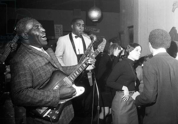 Howlin' Wolf plays electric