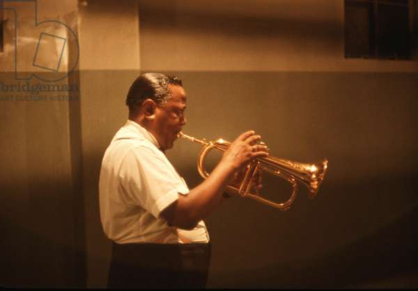 Roy Eldridge backstage warming