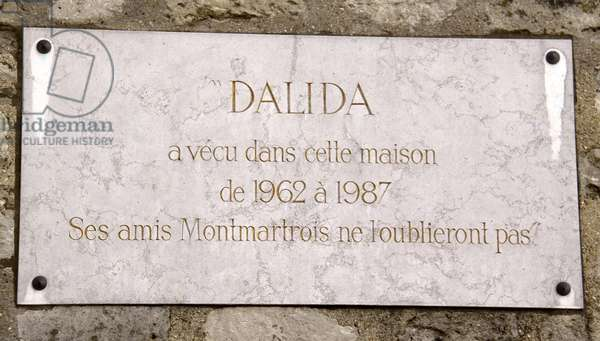 "Plaque on the house of Dalida (1933-1987), famous french singer and actress. Her house in Paris in Montmartre, rue d'Orchampt. """" His friends Montmartrois will not forget it."""" Photography Florent Lamontagne"