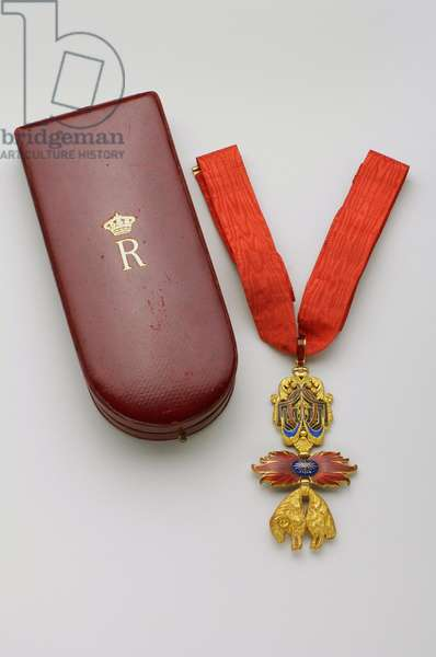 Order of the Golden Fleece: Spanish Golden Fleece - Badge belonging to Rainier, Prince of Bourbon Two Sicilies (1883-1973), Duke of Castro (1960-1973) - Was appointed January 20, 1919 - Beginning XX century - Gold and emals - Original case in red maroquin gold gold gold, silk and silk velvet - H 8 cm; w 4.4 cm; weight: 46 g - Collection special