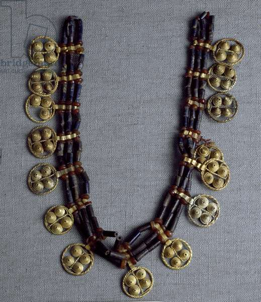 Sumerian Art: necklace with gold pendants and lapis lazuli beads used for the wedding. From the royal tombs of the site of Ur. 2600-2500 BC. Dim. 41 cm National Iraq Museum Baghdad