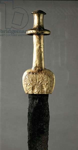 Spada proveniente da Guadalajara (Spagna), particolare dell' impugnatura in oro, periodo preistorico