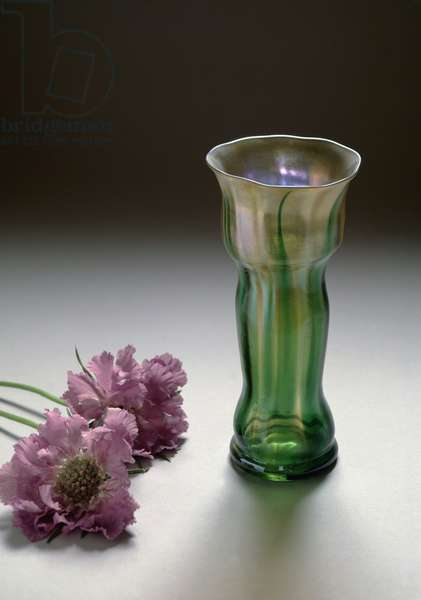 Iridescent glass vase by Louis Comfort Tiffany (1848-1933), Liberty style, 1899 (Iridescent vase by Tiffany, Liberty Style, 1899) Dim 16 cm Austrian Museum Of Applied Arts Vienna
