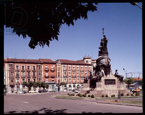 View of the Plaza Mayor and the monument in tribute to Christopher Columbus, Valladolid, Spain (View of the plaza mayor of Valladolid with monument to Christopher Columbus, Spain)