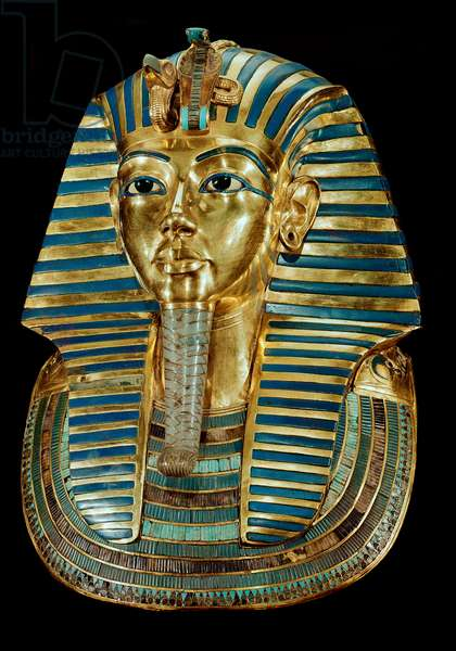 Antiquite egyptienne : masque d'or de Toutankhamon faisant partie du Tresor du pharaon - Vers 1340 av. JC, Provenant de la tombe de Tout-Ankh-Amon (Toutankhamon ou Tutankhamun), Vallee des Rois, Deir el Bahari (Dayr al-Bahri), 18eme dynastie, Dim. 54 cm - Le Caire, Musee egyptien --- Egyptian civilization: Golden funeral mask of the King Tutankhamun - From the Tomb of Tutankhamun, in Dayr al-Bahri, Valley of the Kings, 18th dynasty, h.54 cm - Egyptian National Museum, Cairo (Egypt)