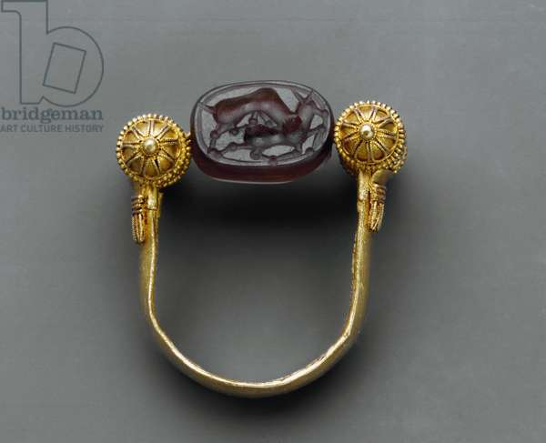 Ring with the small cylinders hold a hinge around which a scarab in engraved onyx (= sardonyx) rotates and, on the flat face, a lion devours a deer , from Cuma, Steven Collection