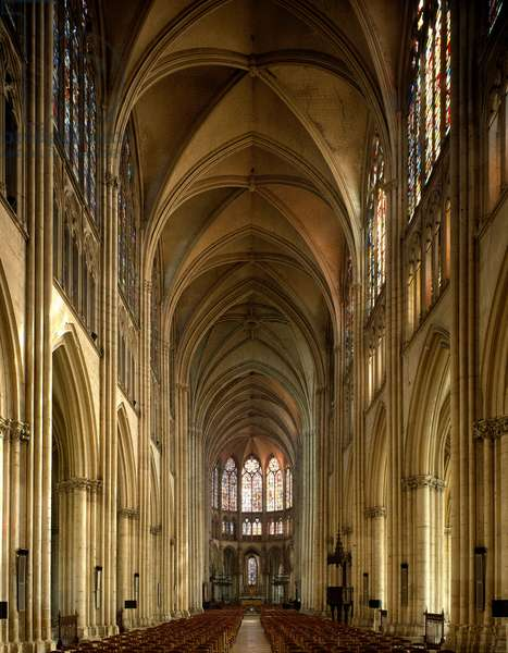 View of the central nave and the choir of the Cathedral (photography)