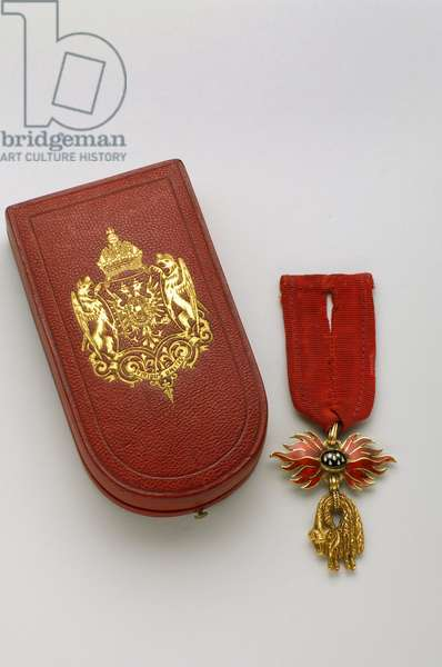 Order of the Golden Fleece: Austrian Golden Fleece - Manufactured by Rothe and Neffe (Vienna) - Reduced badge - 1850-1900 - Gold and enamals; original case in red sorrow gold with iron, silk and silk velvet with arms of the Austrian Empire - H 4.4 cm; w 4.1 cm; weight: 16 g - Private collection
