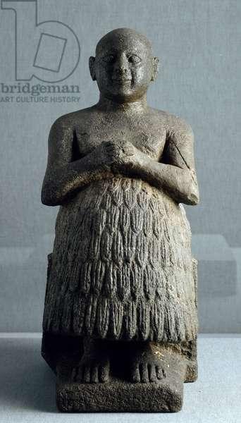Art Mesopotamia: statue of the priest and scribe Dudu de Lagash. Diorite sculpture around 2600 BC (Sumerian period, around 2900-2200 BC). Height: 0.45 m Iraqi Museum, Baghdad