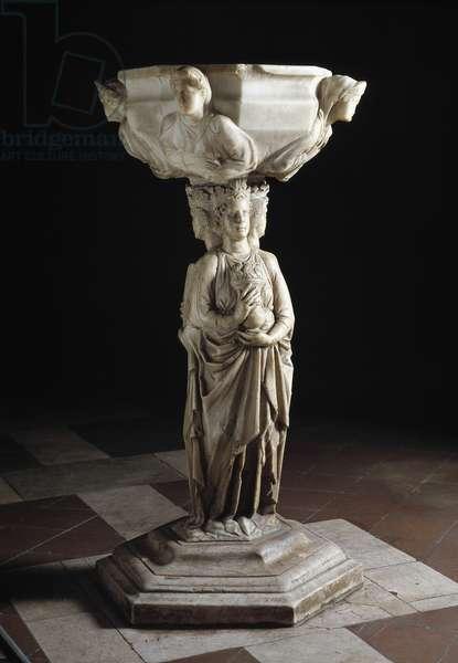 Benitier au pilier decore des trois vertus theologales et a la cuve decoree des bustes des quatres vertus cardinales, de 13eme siecle (sculpture)