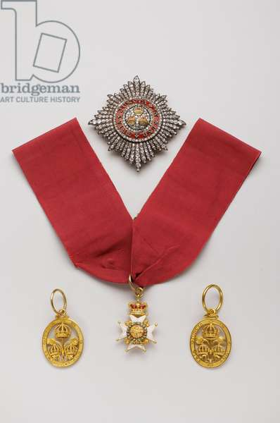 United Kingdom - Order of the Bath: Top: plaque of knight grand cross, civil division, offered by King George V and Queen Mary a Clive Wigram (1873-1960) who was cree baron in 1935, Begin of the XX century, Gold and diamonds and emals, H 7,8 cm; w 7,4 cm; weight: 56 g - Left: badge of knight grand cross, civil division, manufactured by John James Dington (London), Ordinance Model, 1827, Gold, H 4.2 cm; w 3 cm; weight: 14 g - Centre: badge of knight grand cross, military division, model for royal princes, beginning of the 19th century, Gold and emals, H 4.3 cm; w 3.2 cm; weight: 20 g - Right: badge of knight grand cross, civil division, made by James Edwards (London), 1838, Gold, H 4.2 cm; l 1,3 cm; weight: 18 g - Private collection