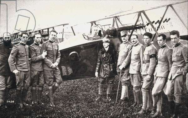 "First World War: Gabriele d'Annunzio (1863-1938) surround airmen of the ""Serenissima"" squadron shortly before his flight to Vienna on 09/08/1918"