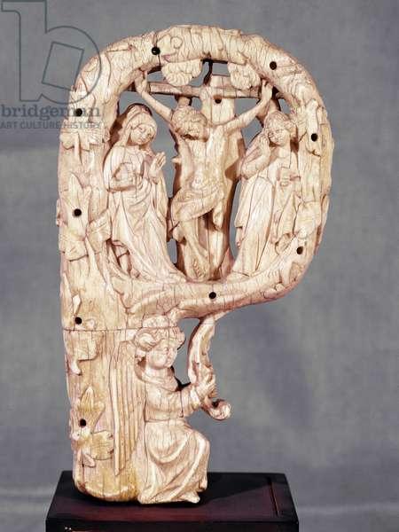 Crosse pastorale (crosseron episcopal) decorated with crucifixion Ivory sculpture of the French school, 1330-1340 (crozier, pastoral staff) decorated with crucifixion, ivory sculpture, french school) Florence, Museo Nazionale del Bargello, Sala degli Aavori, Inv 120 C