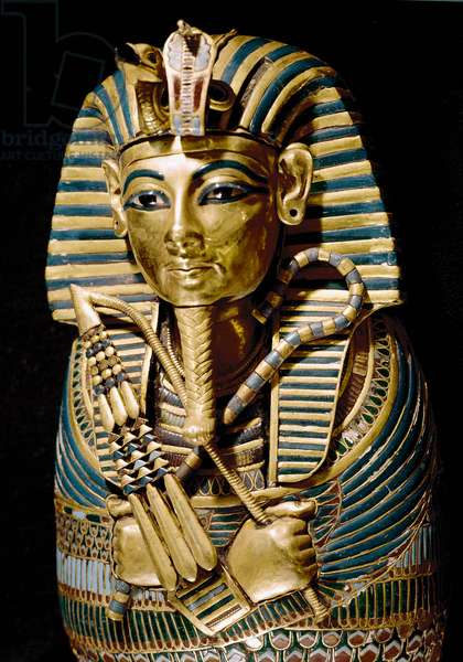Egyptian antiquite: detail of a chisele gold sarcophagus used to preserve the visceres of the deceased. From the treasor of Tutankhamun (all-Ankh-amun or Tutankhamun) (1345-1327 BC) 18th dynasty. found in the Valley of kings, Thebes. 1342 BC. Cairo, Egyptian Museum