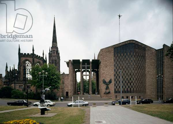 View of the old and new cathedrals: the first dates back to the 14th century, the second was designed in 1962 (photography)