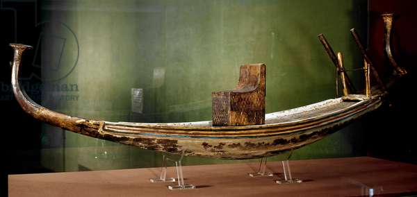 Egyptian antiquite: miniature model of the solar boat (burial ship) in painted wood. From the treasor of Tutankhamun (all-Ankh-amun or Tutankhamun) (1345-1327 BC) 18th dynasty. found in the Valley of kings, Thebes. 1342 BC. Dim. 155 cm Cairo, Egyptian museum
