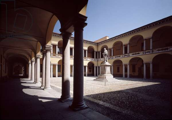 Great courtyard of the University of Pavia, in the center the statue of Alessandro Volta by Antonio Tantardini (1829-1879) 1878 (View of the courtyard of the university of Pavia, with the statue of Alessandro Volta by Antonio Tantardini) italy