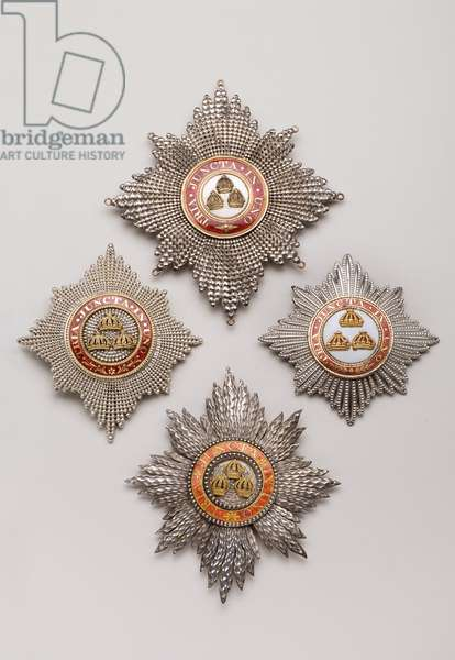 United Kingdom - Order of the Bath - Four knights plates (the 4th (the left) has not been singled out): Top: Knight's plate belonging to Rear Admiral Sir John Thomas Duckworth (1747-1817), Before 1815, Gold and Silver and Emals, H 12.6 cm; W 11.5 cm; Weight: 130 g - Bottom: Knight's plate, manufactured by Rundell, Bridge & Rundell (London), Before 1815, Gold and silver and emals, H 11,2 cm; w 10 cm; weight: 94 g - Right: plate of knight grand cross, civil division, belonging to the 2nd Earl of Clancarty (1767-1837), manufactured by Rundell, Bridge & Rundell (London), XIX century, Gold and silver and emals, D 8,4 cm; weight: 60 g - Private collection