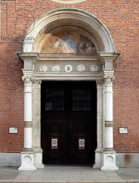 Renaissance art: view of the portal realized by Bramante (Donato di Pascuccio) (1444-1514) and Giovanni Antonio Amadeo (1447-1522) 1488-1489 (View of the portal by Bramante and Giovanni Antonio Amadeo (1447-1522) Milan, Basilica di Santa Maria delle Grazie