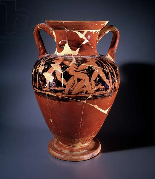 Etruscan civilization: amphora with red figures representing a naked warrior on his knees, 480-470 BC Dim h 42,5 cm, from the tomb 1/1893 de Crocifisso del tufo, Orvieto, Italy (Etruscan art: terracotta amphora representing a fallen naked warrior, from tomb 1/1893 in Crocifisso del tufo, Orvieto, Italy, 480-448 70 BC, Dim 42,5 cm) Florence Museo Archeologico